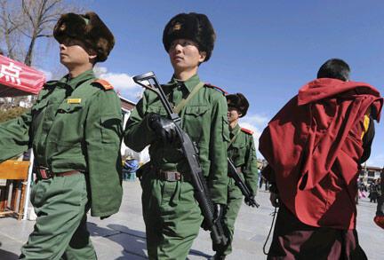 Bộ đội Trung Quốc đi tuần tại Lhassa, Tây Tạng, ngày 01/02/2009
