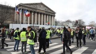 """""""Coletes amarelos"""" se manifestam em frente à Assembleia Nacional, em 9 de fevereiro de 2019."""
