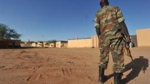 Um soldado nigerino patrulha a instalação do grupo francês Areva em Arlit, no norte do Níger.
