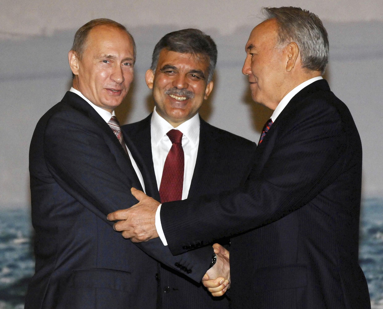 Премьер России В.Путин и президенты Турции А.Гюль (в центре) и Казахстана Н.Назарбаев на саммите в Стамбуле.
