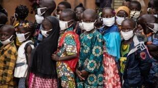 Des enfants burkinabè portent leur masque lors de la rentrée scolaire le 5 octobre 2020 (image d'illustration).