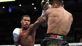 Devin Haney (izquierda lanza un golpe contra Jorge Linares en el combate del sábado en Las Vegas (Nevada).