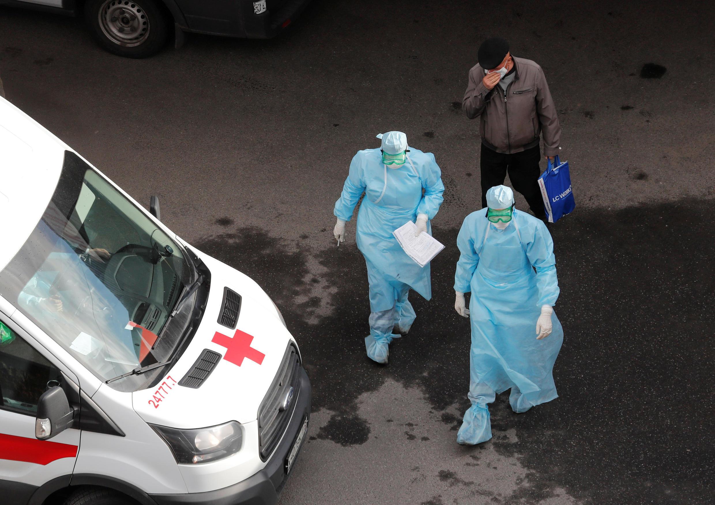Nhân viên y tế Nga trước đại dịch Covid-19. Ảnh chụp trước bệnh viện Pokrovskaya -Saint Petersburg ngày 27/04/2020.
