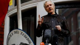 Foto de archivo: el fundador de Wikileaks, Julian Assange, en el balcón de la embajada ecuatoriana en Londres, Reino Unido, el 19 de mayo de 2017.