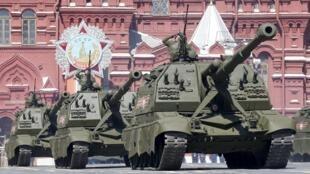 Một đơn vị pháo tự hành của Nga diễn tập tại Quảng trường Đỏ trước lễ mừng chiến thắng, ngày 07/05/2015.