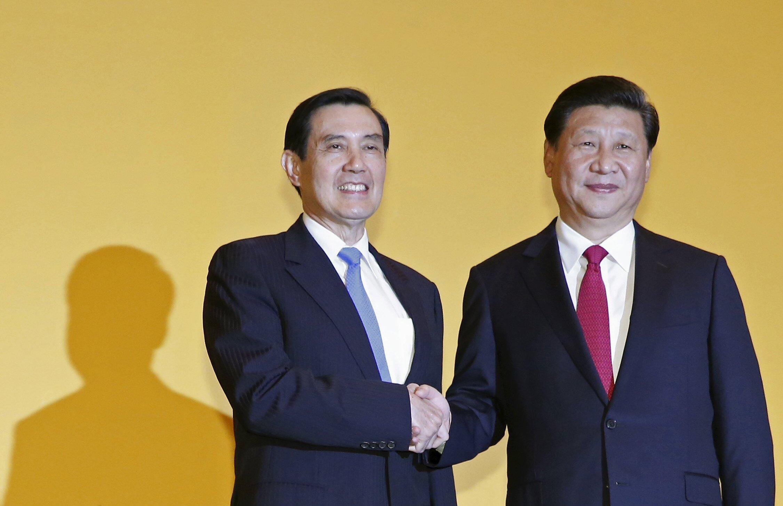 Shugaban Xi Jinping yana tabewa da Shugaban kasar Taiwan Ma Ying-jeou a Singapore.