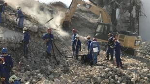 Une équipe de secours russe s'active pour déblayer les gravats.