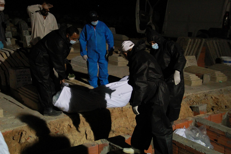 Des agents procèdent à l'inhumation de corps de migrants morts noyés et rejetés par la mer à Sfax en Tunisie le 11 juin 2020. (Photo d'illustration)