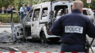 Octobre 2016, Viry-Chatillon, inspection de la voiture de police brûlée lors d'une attaque par un groupe de jeunes. Deux policiers avaient été grièvement brûlés.