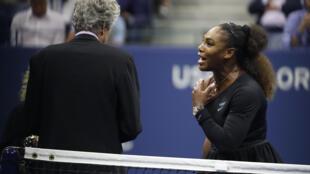 Serena Williams discute con el juez central del torneo, Brian Earley, el pasado 8 de septiembre en la final del US Open, en Nueva York.