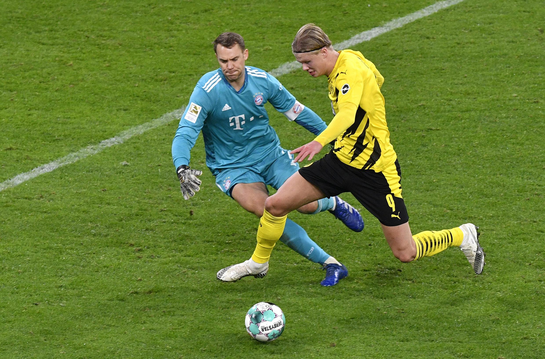 El portero Manuel Neuer trata de cerrar el paso a Erling Haaland durante el partido liguero entre el Borussia Dortmund y el Bayern de Múnich disputado el 7 de noviembre de 2020 en la ciudad alemana de Dortmund