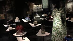 Moda pontua o percurso da exposição que faz parte da temporada cultural que homenageia o Japão este ano na França.
