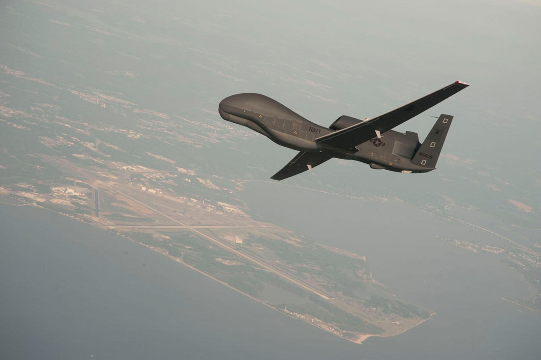 Máy bay không người lái RQ-4 Global Hawk của Hải Quân Mỹ trên không phận căn cứ Patuxent River, Maryland. (Ảnh không ghi ngày chụp)