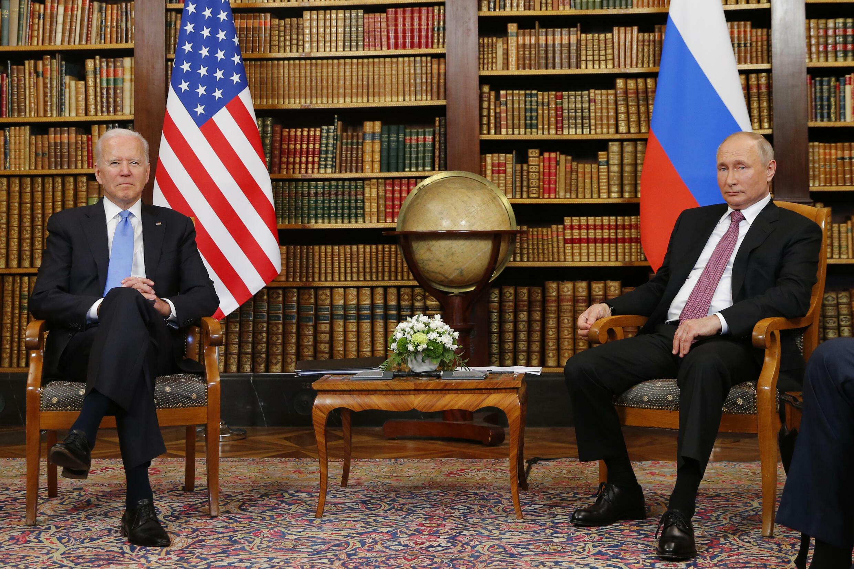 El presidente estadounidense Joe Biden (izq) se reunió con su colega ruso, Vladimir Putin, en la Villa la Grange de Ginebra, el 16 de junio de 2021