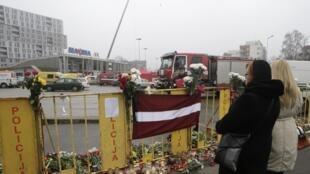 La Lettonie était en deuil samedi 23 novembre après l'effondrement du toit d'un supermarché à Riga.