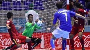 Một pha cản phá của đội tuyển Futsal Việt Nam trong trận gặp tuyển Ý ngày 17/09/2016.