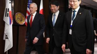 Bộ trưởng Quốc Phòng Mỹ James Mattis (T) gặp các đồng nhiệm Nhật Itsunori Onodera (giữa) và Hàng quốc  Song Young-moo, bên lề diễn đàn Shangri-la Singapor ngày 03/06/2018.