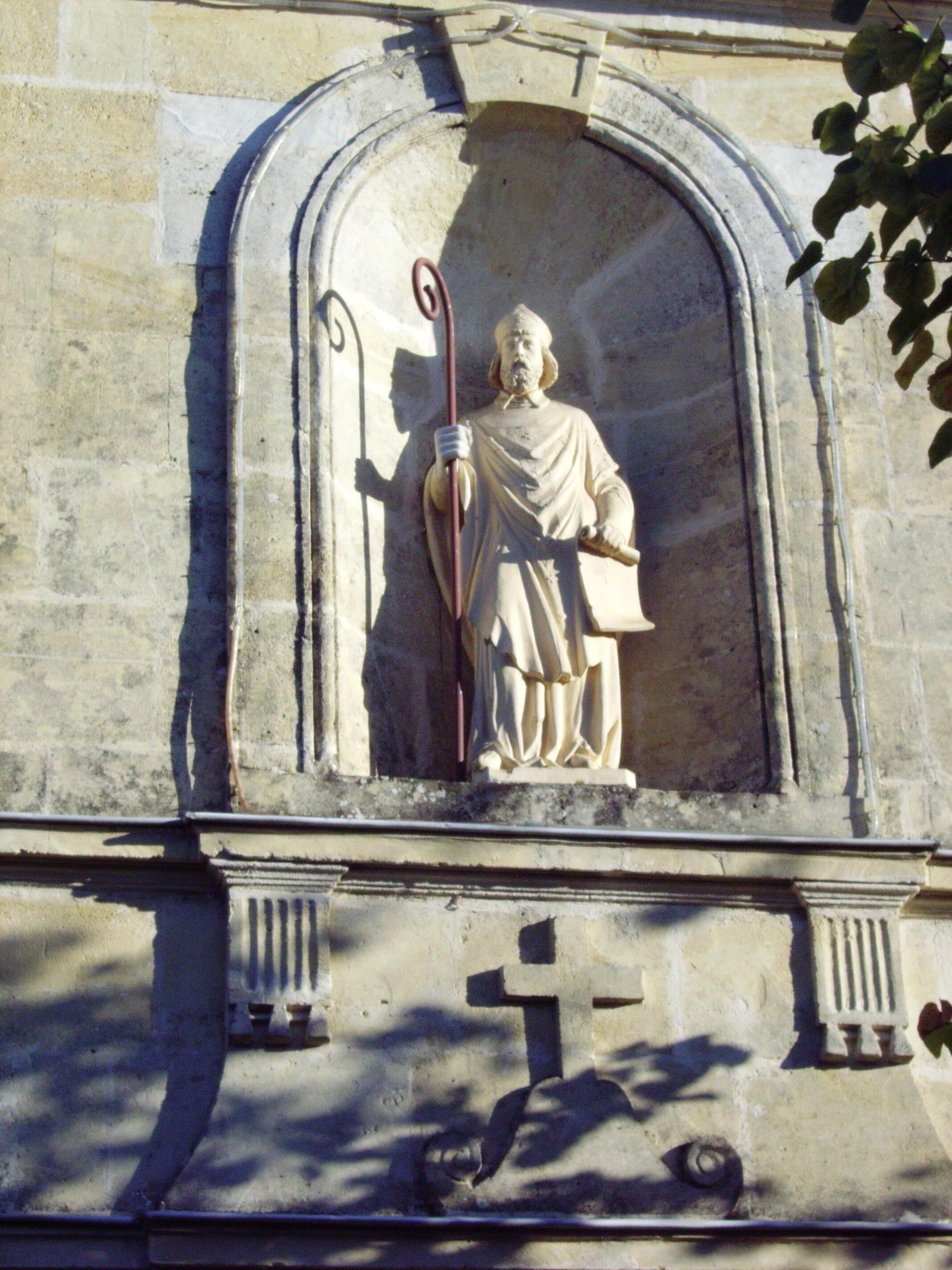 Статуя святого Медарда на церкви его же имени в Эйрансе (Аквитания)