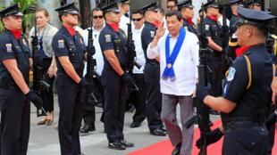 Tổng thống Philippines Rodrigo Duterte thăm lực lượng hải quan tại Manila, ngày 06/02/2018.