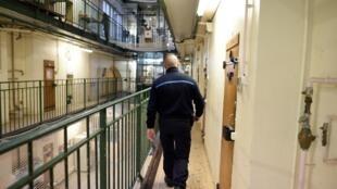Un gardien de prison.