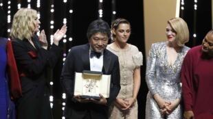 Liên hoan điện ảnh Cannes : Đạo diễn Nhật Hirokazu Kore-Eda được trao giải Cành Cọ Vàng 2018.