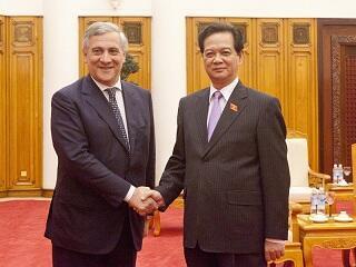 Ông Antonio Tajani, Phó Chủ tịch UB Châu Âu (T) và  Thủ tướng Việt Nam Nguyễn Tấn Dũng. Ảnh chụp ngày 13/11/2013