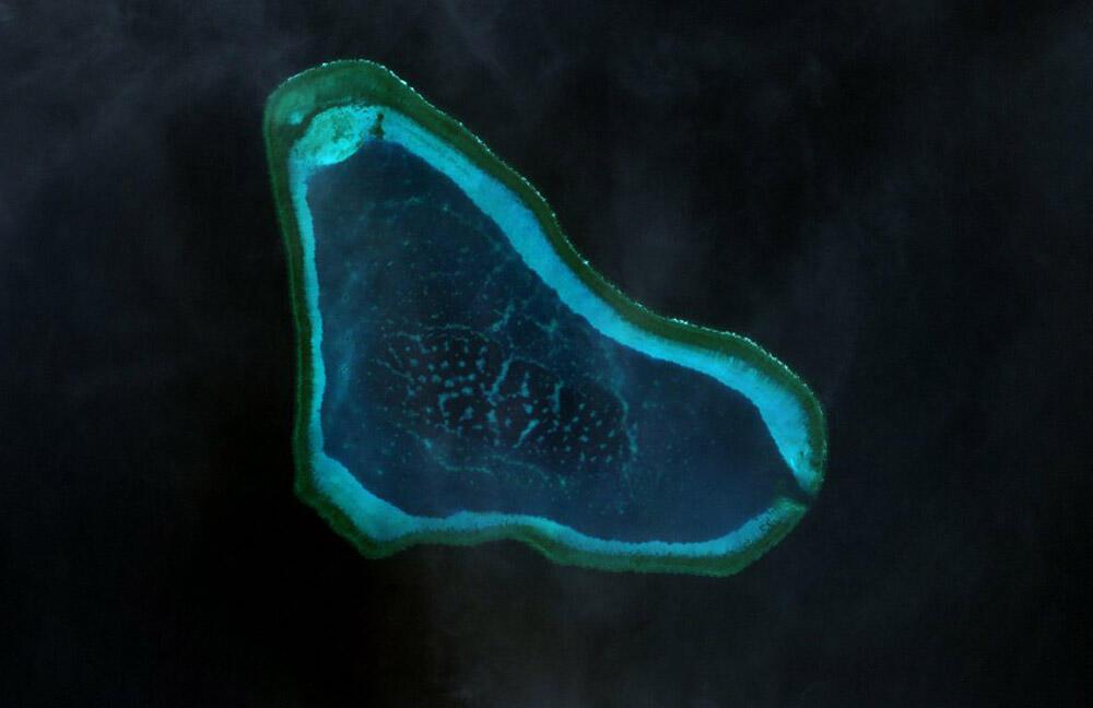 Bãi cạn Scaborough. (Ảnh chụp từ vệ tinh, năm 2000)