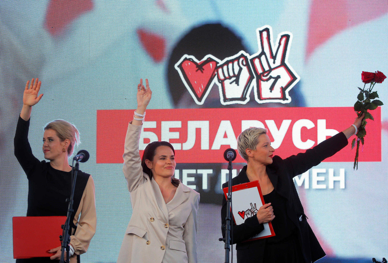 Светлана Тихановская (в центре), Мария Колесникова (справа) и Вероника Цепкало (слева) на митинге в Минске 30 июля 2020