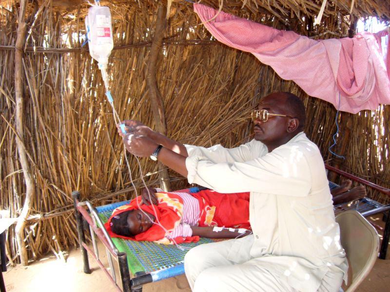 Điều trị một bệnh nhân sốt rét tại Châu Phi