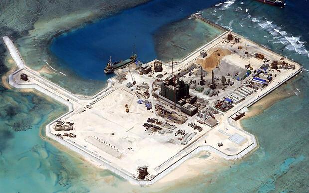 Công trường của Trung Quốc bồi đắp đảo Đá Châu Viên (Cuarteron) nơi có tranh chấp trong Trường Sa - Biển Đông, được chụp từ vệ tinh.