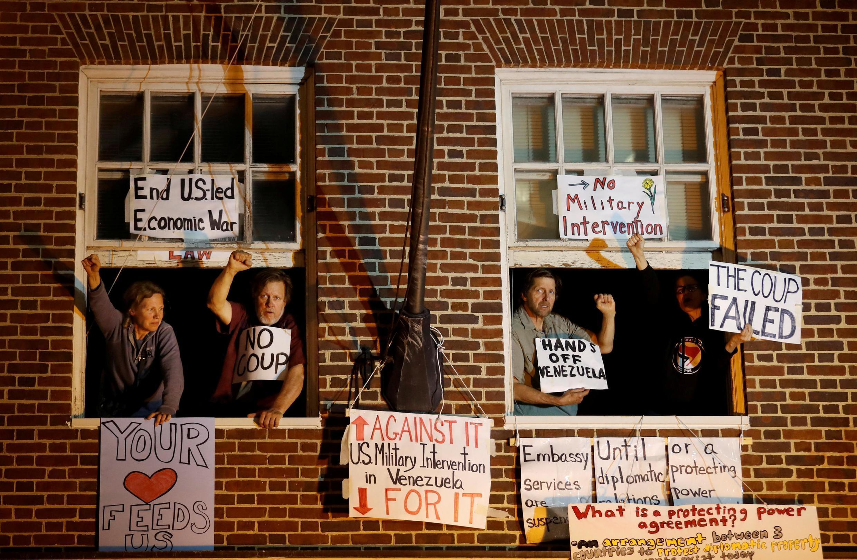 Des partisans de Nicolas Maduro apparaissent aux fenêtres de l'ambassade du Venezuela à Washington, le 13 mai.