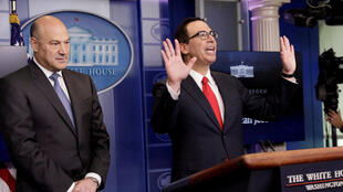 Gary Cohn (g.), le directeur du Conseil économique des Etats-Unis et Steven Mnuchin, secrétaire américain au Trésor, présentent la réforme des impôts de Donald Trump, à Washington, le 26 avril 2017.
