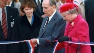 Nữ hoàng Anh và tổng thống Pháp cắt băng khánh thành Tunnel sous la Manche ngày 06/05/1994. Ảnh AFP