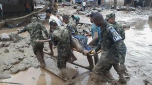Forças armadas colombianas transportam corpo de vítima do deslizamento de lama em Mocoa