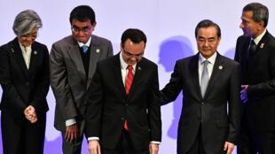 Ngoại trưởng Trung Quốc Vương Nghị (hàng đầu bên phải) và ngoại trưởng Philippines tại diễn đàn ARF Manila, Philippines ngày 7/08/2017.