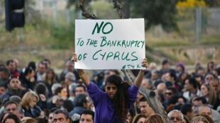 Centenas de empregados de bancos cipriotas protestaram neste sábado em Nicósia e ameaçaram entrar em greve.