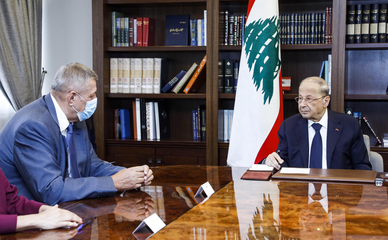 Tổng thống Liban Michel Aoun (P) tiếp điều phối viên LHQ phụ trách Liban Jan Kubis, tại dinh tổng thống ở Baabda, đông Beyrouth. Ảnh do hãng Dalati và Nohra cung cấp ngày 14/08/2020.