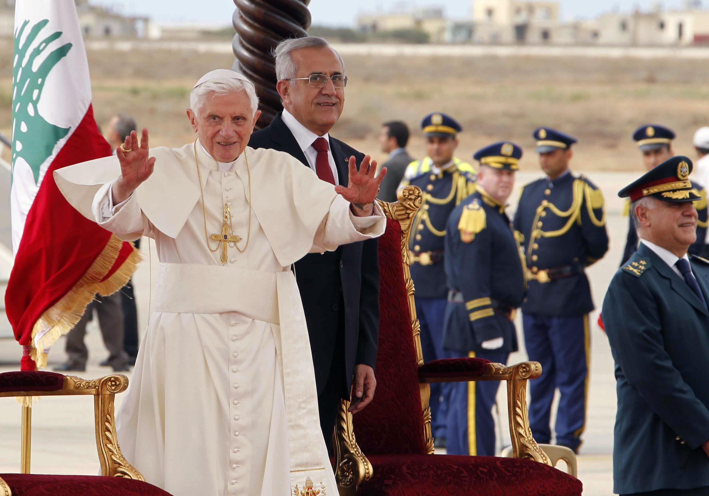 Президент Ливана Мишель Сулейман встречает Папу Бенедикта XVI в бейрутском аэропорту 14/09/2012