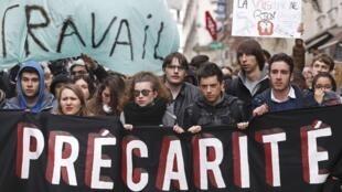 Estudantes vão às ruas em Nantes, oeste da França, contra a reforma trabalhista nesta quinta-feira (31).
