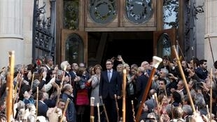 Quase 3 mil simpatizantes acompanharam o presidente da Catalunha, Artur Mas, na saída do Palácio de Justiça de Barcelona.