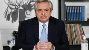 Foto difundida por la Presidencia de Argentina en la que el presidente Alberto Fernández anuncia en TV nuevas medidas para luchar contra la pandemia de coronavirus desde la residencia presidencial de  Olivos, en Buenos Aires,el 14 de abril de 2021