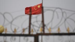 Cờ Trung Quốc trong một khu nhà có hàng rào dây thép gai bao quanh, ở Anh Cát Sa (Yangisar), phía nam Khách Thập (Kashgar), Tân Cương.