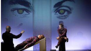 «Le Mariage de Mr. Weissmann», au Théâtre La Bruyère, pièce mise en scène par Salomé Lelouch.