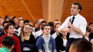 En Francia, el presidente Emmanuel Macron asistió a algunos de los miles de debates que se organizaron a nivel local entre enero y marzo.