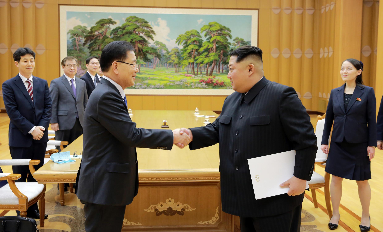 Kim Jong-un, líder norte-coreano cumprimenta Chung Eui-yong chefe da delegação presidencial sul-coreana