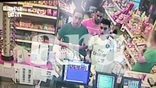 Ba thủ phạm bị bắn hạ tại Cambrils, sau vụ tấn công khủng bố ở Barcelona. Ảnh chụp ngày 17/08/2017 từ camera theo dõi ở một trạm xăng ở Crambrils vài giờ trước vụ tấn công.