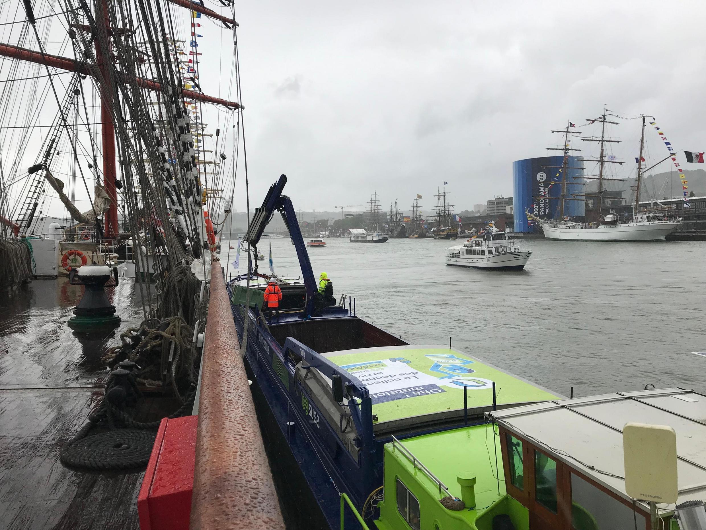 Экипаж «Седова» передает специальной барже отсортированные отходы