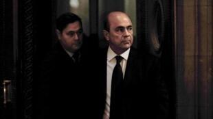 Pierre Falcone (d), l'homme d'affaires français à son arrivé au tribunal de Paris le 27 octobre 2009.