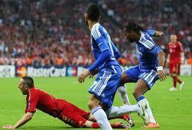 Mchezaji Didier Drogba wa Chelsea akiipangua ngome ya Bayern hapo jana