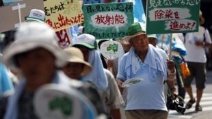Giới chăn nuôi và ngư dân biểu tình đòi đền bù thiệt hại do hải sản và thịt sữa bị cấm lưu hành (© Reuters)